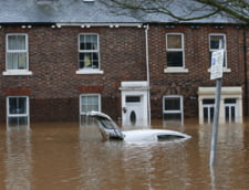 Furtuna puternica in Marea Britanie: Sute de case evacuate, ravagii in traficul local, poduri prabusite