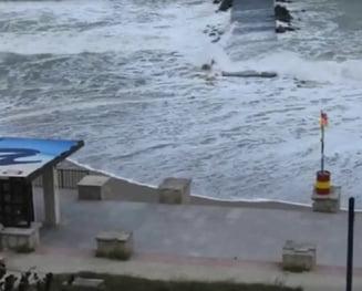 Furtuna rascoleste Marea Neagra: Rafale de 60 km/h, plaja de la Eforie inghitita de valuri (Video)