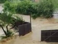 Furtuni de cod rosu in intreaga tara: Copii luati de viituri, case distruse de ape, grindina mare si inca o tornada (Foto & Video)
