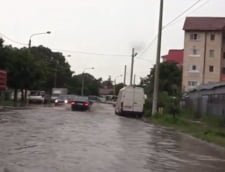 Furtunile au facut ravagii in tara miercuri: Acoperisuri luate de vant, copaci doborati la pamant si strazi inundate (Foto&Video)