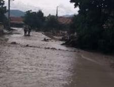 Furtunile fac ravagii in Romania: Tornade, viituri, apa de 1,5 metri in case, mii de oameni fara curent (Video)