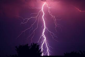 Furtunile nu se dau duse pana marti. Jumatate de tara e sub cod portocaliu sau galben