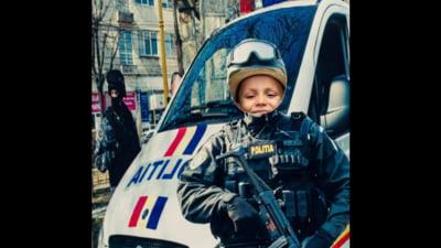 Gafă de imagine a Poliției Române. Instituția se promovează folosind fotografia unui copil care pare că ține un pistol mitralieră în mână