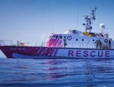 Garda de Coasta italiana a evacuat 49 de persoane aflate pe o nava de salvare inchiriata de Banksy