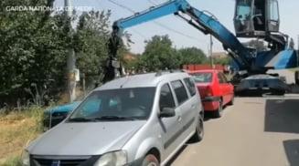 Garda de Mediu, acţiune la un centru de dezmembrări auto. 70 de maşini depozitate pe domeniul public, confiscate VIDEO