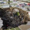 Gaura uriasa cascata in parcarea unui spital din Napoli, fosta unitate COVID-19 in primul val al pandemiei