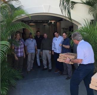 George W. Bush le duce pizza agentilor sai de securitate, care nu sunt platiti de 30 de zile