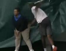 Gest uluitor al unui jucator de tenis: a lovit fara mila o arbitra (Video)