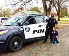 """Gestul emotionant facut de un politist pentru un copil de patru ani: """"Cand au auzit sirenele, vecinii au iesit sa ma intrebe ce s-a intamplat"""""""