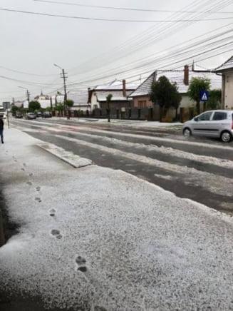 Gheata a facut prapad la Cluj. Oamenii au crezut ca vine ninsoarea - FOTO