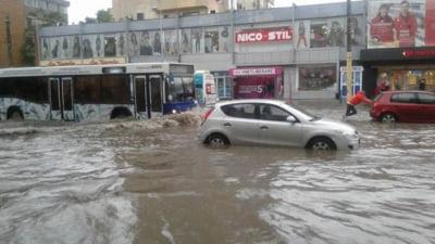 Gospodării şi locuinţe din sudul litoralului, inundate în urma unei ploi torenţiale. La Neptun un copac a căzut peste trei autoturisme