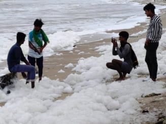 Gramezi de spuma poluanta, pe o plaja celebra din India (Foto&Video)