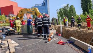 Grav accident de muncă în București lângă Biblioteca Naţională. Doi dintre cei șase muncitori prinși sub pământ au decedat UPDATE