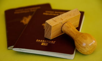 Grecia: Romanca arestata pe aeroportul din Atena cu sute de pasapoarte in bagaj