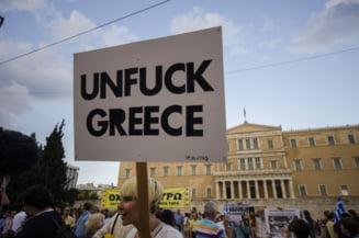 Grecia, pe buza prapastiei: Pensionarii fac coada in fata bancilor inchise