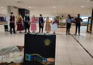 Grecia isi intampina turistii cu muzica si dans chiar de pe aeroport VIDEO