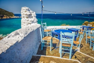 Grecia renunta la alte restrictii COVID. Obligativitatea mastii in interior si interdictia de circulatie nocturna, eliminate
