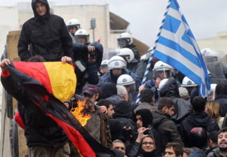 Grecii au ars steagul Germaniei: Au actiunile lor vreo logica?