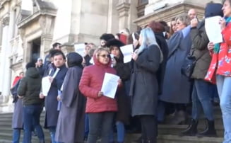 Grefierii au iesit pe treptele Palatului Justitiei, pentru ca nu vor sa ramana fara pensiile speciale. Predoiu: Cadoul PSD ne afecteaza pe toti! (Video)