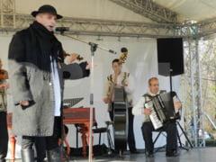 Grigore Lese canta alaturi de artistii buzoieni de folclor, de Ziua Nationala