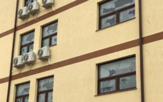 Grindina a ciuruit blocurile noi din zona Mamaia Nord-Navodari. Geamurile au fost sparte, iar tencuiala a fost distrusa