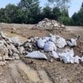 Groapă ilegală de gunoi la Sinaia, în Parcul Natural Bucegi, descoperită de șeful Gărzii de Mediu. Primarul oraşului susţine că nu are cunoştinţă despre aşa ceva