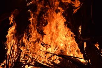 Groapa de gunoi a Clujului arde de 12 ore. Pompierii au probleme ca apa nu are presiune