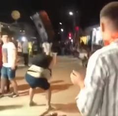 Grup de maneliști pus la punct în Vama Veche. Un tânăr le-a smuls boxa de mare putere și a trântit-o de asfalt VIDEO
