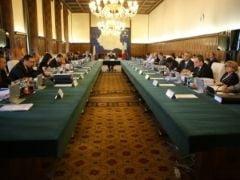 Guvernul isi va angaja raspunderea pentru salariile profesorilor si Codul Social