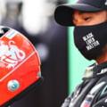 """Hamilton a primit o casca purtata de Schumacher dupa ce a egalat recordul germanului. """"Sunt onorat. Am un respect imens pentru Michael"""", a spus britanicul"""