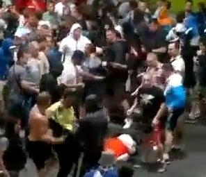 Haos la EURO 2012: Suporterii rusi bat cu bestialitate fortele de ordine (Video)