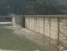 Hidroelectrica se plange de cantitatile mari de deseuri din zona lacului Izvorul Muntelui