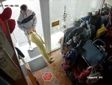 Hot care fura haine din magazin cu tot cu manechine, surprins de camerele de supraveghere VIDEO