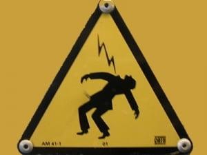 Hot gasit electrocutat, dupa ce a incercat sa fure niste cabluri