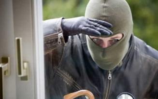 Hoti din locuinte ridicati de politisti. Mai multe bunuri furate au fost recuperate de la casele de amanet