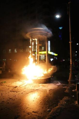 Huliganii au distrus protestul pasnic din Bucuresti. S-au batut cu jandarmii, au dat foc unui chiosc si au gonit manifestantii