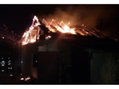 I-a facut in ciuda sotiei dandu-si foc la casa
