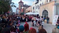 IMAGINI: Dansuri si voie buna pe strada Lapusneanu, in fata Muzeului Unirii