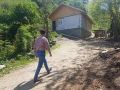 IMPLINIRE: Familia din Singeorz-Bai careia i-a ars casa in incendiu are acum un acoperis deasupra capului (FOTO)