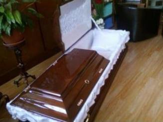 INCREDIBIL!!! Un vasluian sta cu mama moarta in casa pentru ca nu are cine sa elibereze certificatul de deces