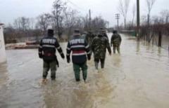 INUNDATII in Prahova. Pompierii intervin pentru evacuarea apei din beciuri si curti