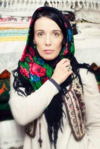 Ia, readusa la viata intr-un atelier din satul Mandra: E mai mult decat o haina, e o poveste romaneasca