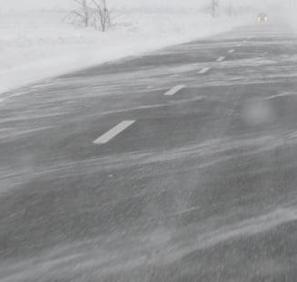 Iarna in plina primavara: Intarzieri la trenuri si avioane. Vezi pe ce drumuri se circula greu din cauza zapezii - UPDATE