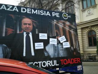 """Iasi: Camionul """"Mi-e rusine cu rectorul Toader"""" a fost asaltat cu mesaje """"Toader presedinte"""""""