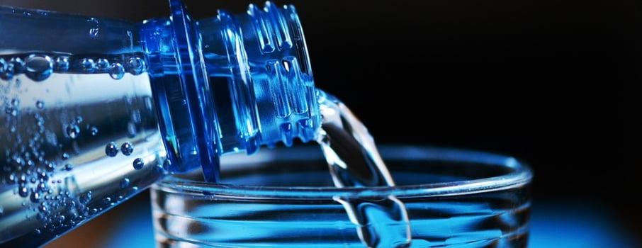 Iata de ce e mai bine sa bei apa de la robinet si nu imbuteliata
