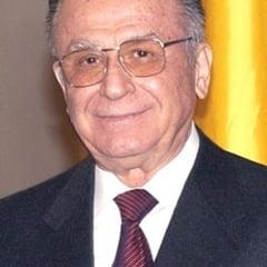 Iliescu: Basescu da lectii de cum se umple paharul, dar nu pune mana pe o carte