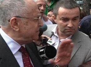 Iliescu, confruntare cu revolutionarii, in fata sediului PSD: E o porcarie, sunteti obraznici! (Video)