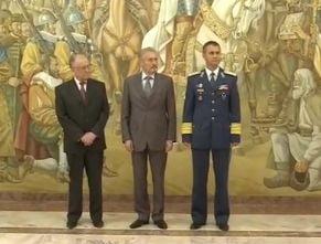 Iliescu si Constantinescu au primit Emblema de Onoare a Armatei
