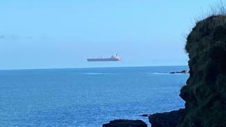 Imagine spectaculoasa cu o nava ce planeaza deasupra marii, surprinsa pe tarmul Marii Britanii