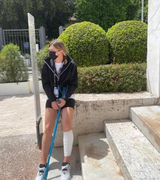 Imaginea suferintei. Simona Halep, in carje dupa accidentarea de la Roma